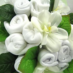 biały bukiet z ubranek dla bobasa