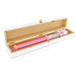 świeca do chrztu z imieniem i datą w drewnianym pudełku