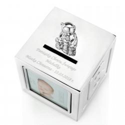 kwadratowa skarbonka z grawerem na chrzest srebrzysty miś