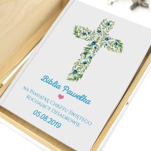 biblia z nadrukiem w szkatułce na prezent na chrzest niebieskie kwiaty